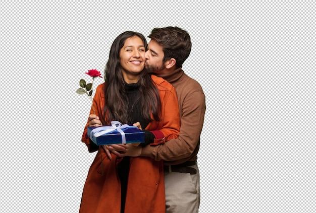Junge kühle paare, die valentinsgrußtag feiern
