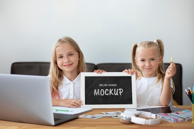Junge mädchen, die eine kleine tafel für online-kurse verwenden