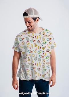 Junge mann posiert mit buntem t-shirt und mütze