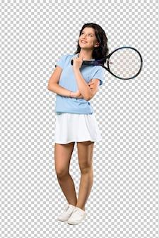 Junge oben schauende tennisspielerfrau beim lächeln