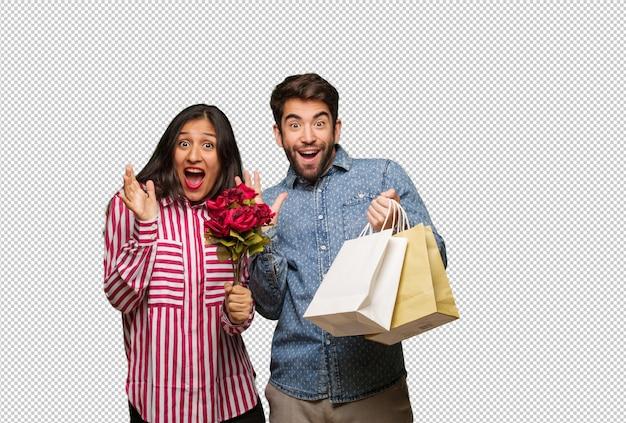 Junge paare am valentinsgrußtag, der einen sieg oder einen erfolg feiert