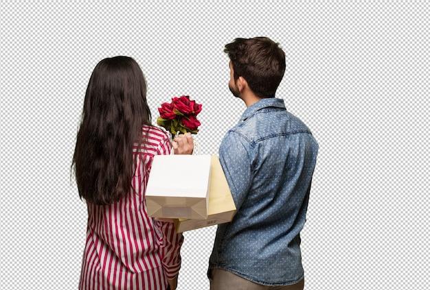 Junge paare im valentinsgrußtag von hinten, zurück schauend