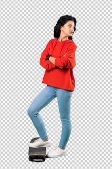 Junge schlittschuhläuferfrau mit rotem sweatshirt