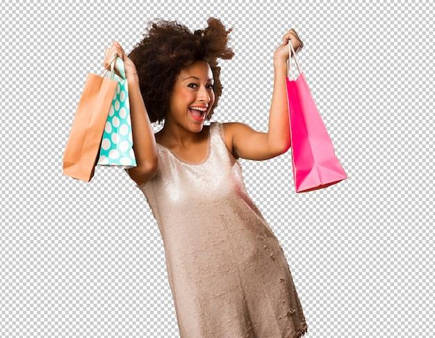 Junge schwarze frau, die einkaufstaschen hält