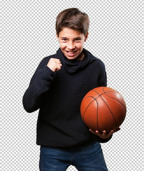 Junge spielt korb