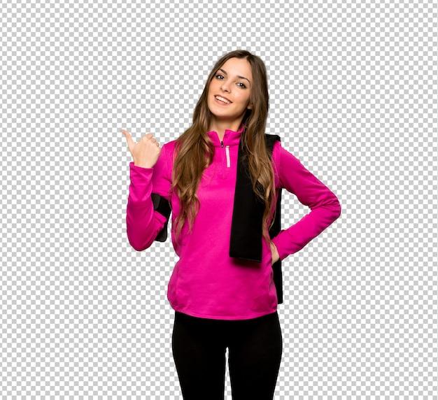 Junge sportfrau, die auf die seite zeigt, um ein produkt darzustellen