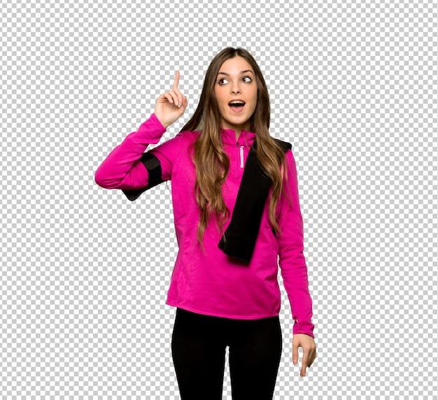 Junge sportfrau, die beabsichtigt, die lösung beim anheben eines fingers zu realisieren