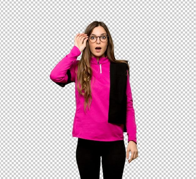 Junge sportfrau mit brille und überrascht