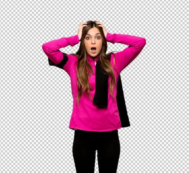 Junge sportfrau nimmt hände am kopf, weil migräne hat