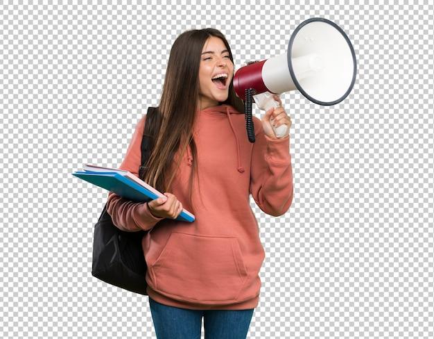 Junge studentenfrau, welche die notizbücher schreien durch ein megaphon hält