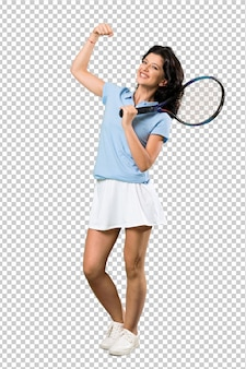 Junge tennisspielerfrau, die einen sieg feiert