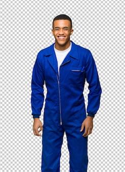 Junger afroamerikanischer arbeitskraftmann glücklich und lächelnd