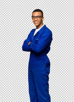 Junger afroamerikanischer arbeitskraftmann mit gläsern und glücklich
