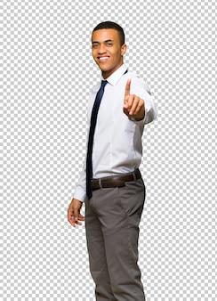 Junger afroamerikanischer geschäftsmann, der einen finger zeigt und anhebt
