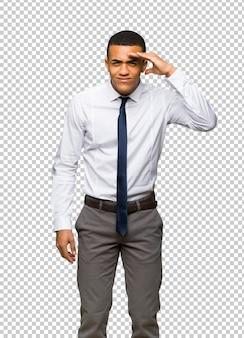 Junger afroamerikanischer geschäftsmann, der weit weg mit der hand schaut, um etwas zu schauen