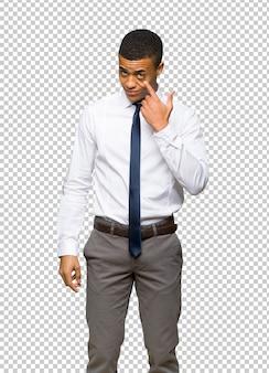 Junger afroamerikanischer geschäftsmann, der zur front schaut