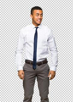 Junger afroamerikanischer geschäftsmann ist ein bisschen nervös und erschrocken, die zähne drückend