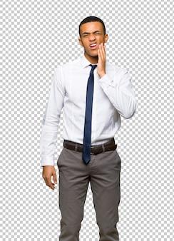Junger afroamerikanischer geschäftsmann mit zahnschmerzen