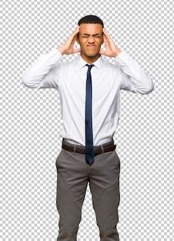 Junger afroamerikanischer geschäftsmann unglücklich und mit etwas frustriert