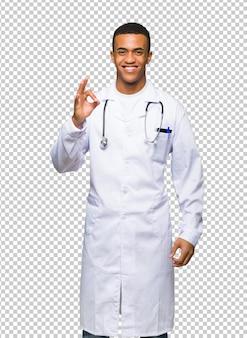 Junger afroamerikanischer manndoktor, der ein okayzeichen mit den fingern zeigt