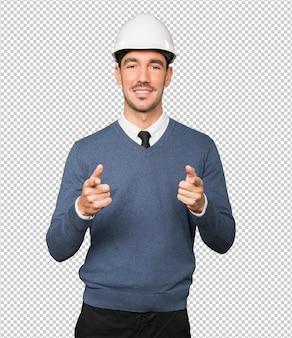 Junger architekt, der mit seinem finger zeigt