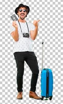 Junger bärtiger kühler reisendmann mit einer tasche. ferienkonzept