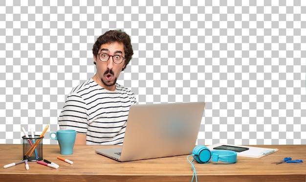 Junger bärtiger mann grafikdesigner. verblüfft oder schockiert