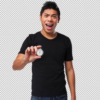 Junger chinesischer mann mit einer stoppuhr
