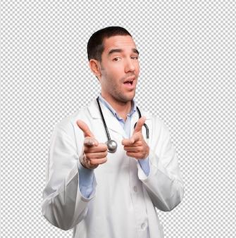 Junger doktor, der mit seiner hand zeigt