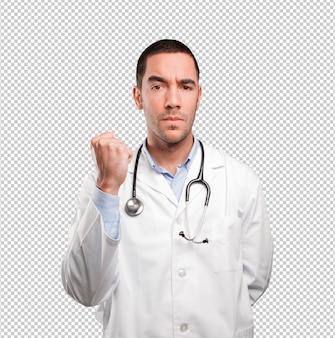 Junger doktor mit herausforderungsgeste