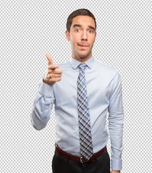 Junger geschäftsmann, der mit seinem finger zeigt