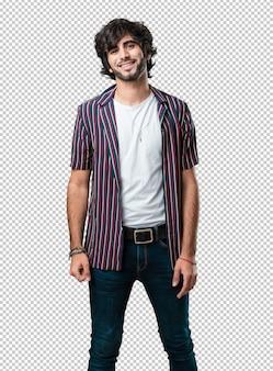 Junger gutaussehender mann nett und mit einem großen lächeln