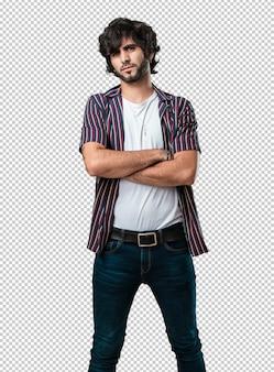 Junger gutaussehender mann sehr wütend und verärgert, sehr angespannt, wütend schreiend, negativ und verrückt