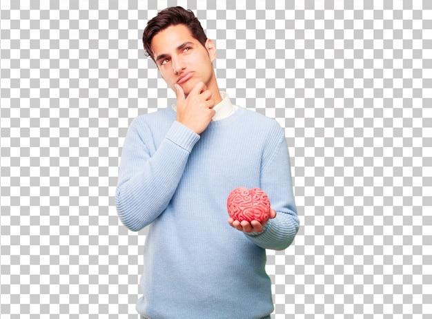 Junger hübscher gebräunter mann mit einem gehirnmodell