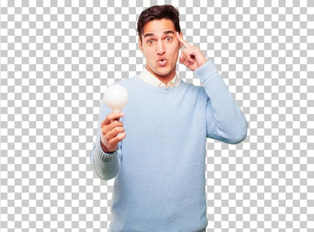 Junger hübscher gebräunter mann mit einer glühlampe. idee konzept