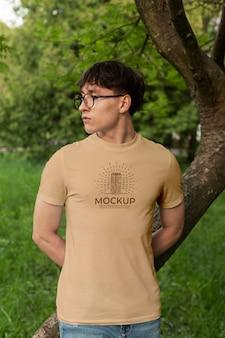 Junger mann, der draußen ein modell-t-shirt trägt wearing