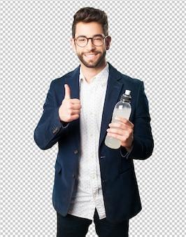 Junger mann, der eine erfrischung trinkt