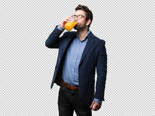 Junger mann, der einen saft trinkt
