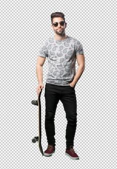 Junger mann, der skateboard verwendet