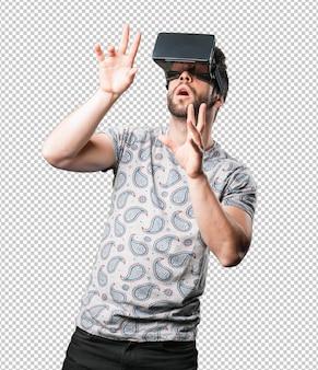 Junger mann, der virtuelle realität verwendet