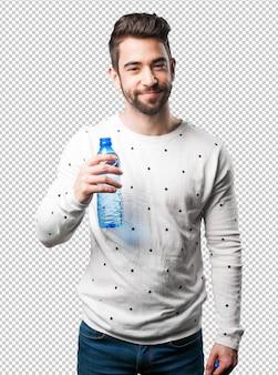 Junger mann, der wasserflasche hält