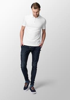 Junger mann im weißen polo