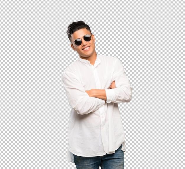 Junger mann mit brille und lächelnd