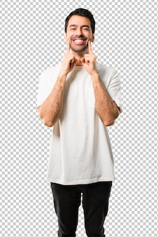 Junger mann mit weißem hemd lächelnd mit einem glücklichen und angenehmen ausdruck