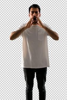 Junger mann mit weißem hemd schreien