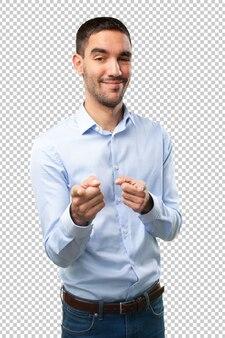 Junger mann zeigt
