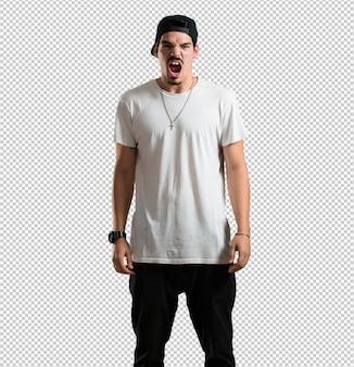 Junger rapper mann sehr wütend und verärgert, sehr angespannt, wütend schreiend, negativ und verrückt