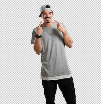 Junger rappermann lächelt und zeigt mund, konzept von perfekten zähnen, weiße zähne, hat eine nette und gemütliche haltung