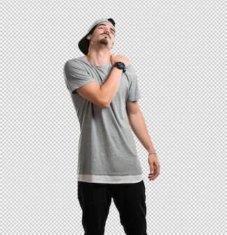 Junger rappermann mit den rückenschmerzen wegen des arbeitsstresses, müde und scharfsinnig