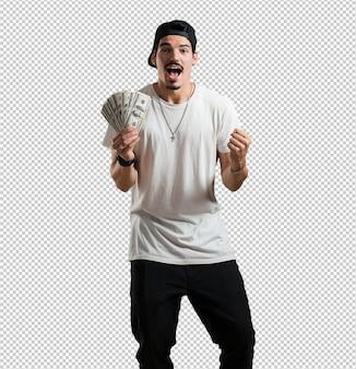 Junger rappermann sehr aufgeregt und euphorisch, schreiend vorwärts schauend